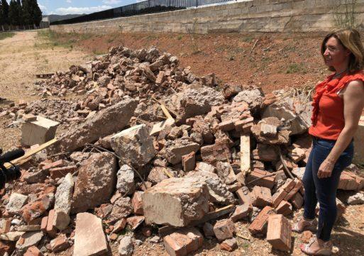 Los restos del derribo de la Cruz siguen tirados una semana después junto al cementerio municipal